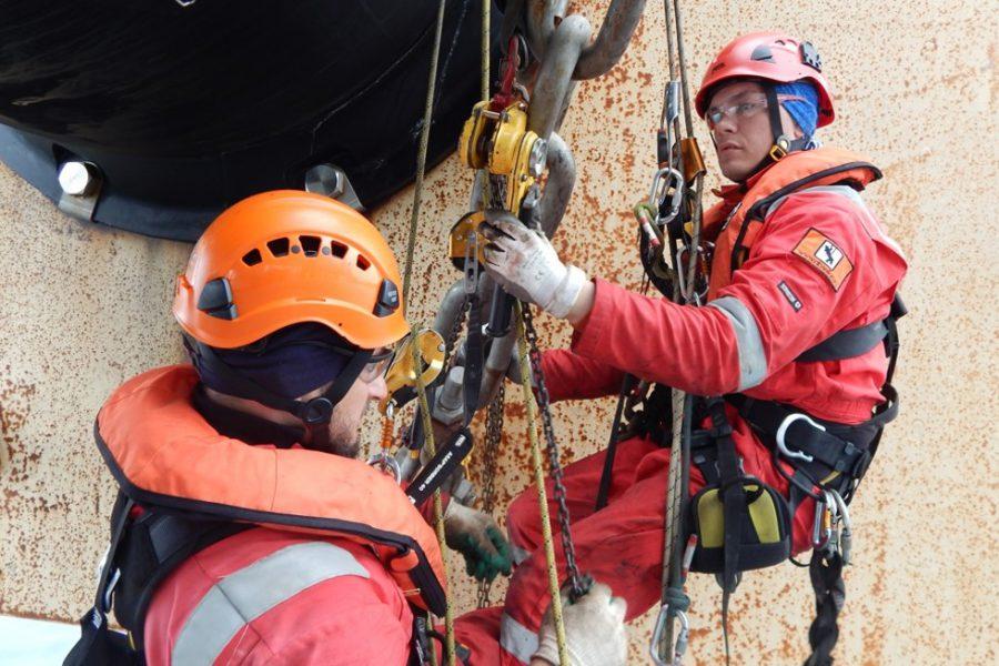 کار در ارتفاع با دسترسی طناب و پیچ و رولپلاک نما